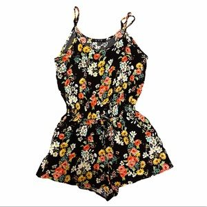 Cute Short romper with pockets. Black/floral 🌺🌼
